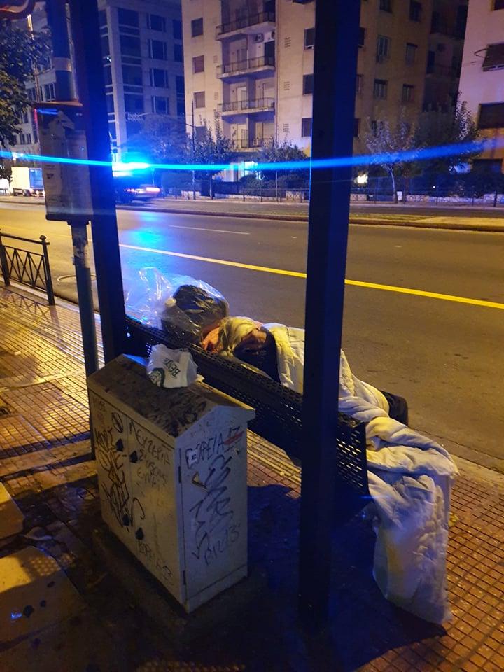 Άστεγος ηλικιωμένος συνάνθρωπος μας κοιμάται  σε στάση λεωφορείου στην Κηφισιας.