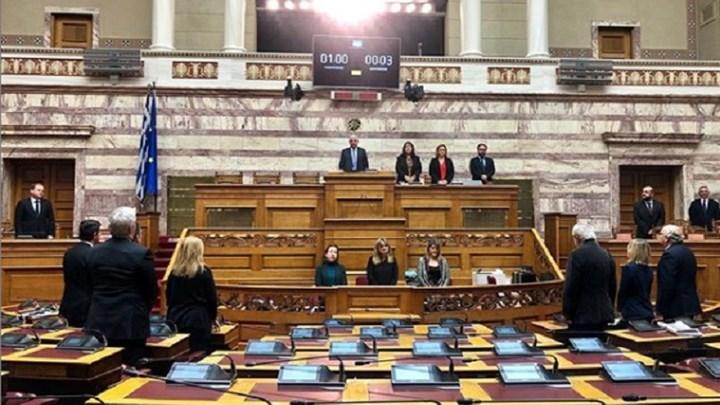 Ενός λεπτού σιγή στη Βουλή για τους πεσόντες αξιωματικούς στα Ίμια σε άδεια έδρανα.
