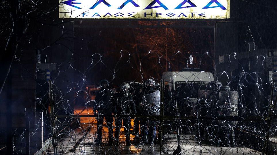 Άγρια νύχτα στα Ελληνοτουρκικα σύνορα. Στρατός και αστυνομία παλεύουν να κόψουν το κύμα εισόδου των μεταναστών.