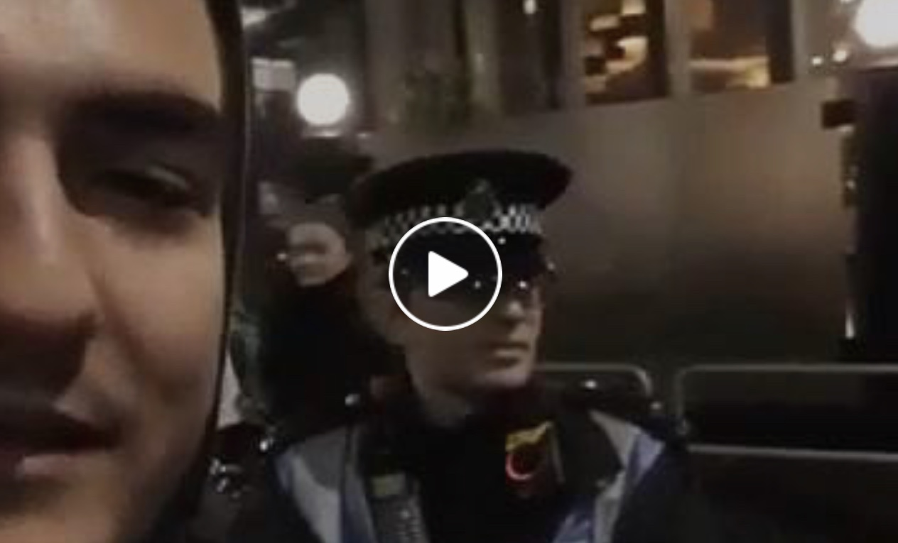 Η απίστευτη απάντηση αγγλου αστυνομικού σε έλληνα που τον έβρισε.