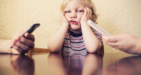Γονείς, παιδιά, κινητό: Επικίνδυνη «τριγωνική» σχέση