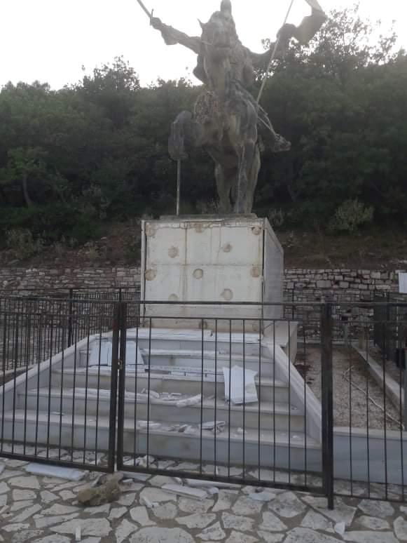 Ντροπή! Βάνδαλοι κατέστρεψαν μνημείο του Κολοκοτρώνη.