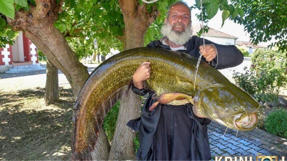 Ιερέας στα Τρίκαλα έπιασε ψάρι 35 κιλών.
