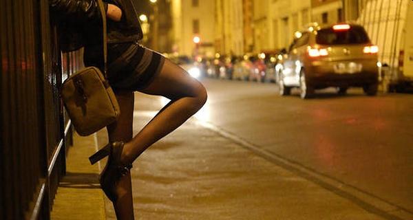 Η κρυφή ζωή πασίγνωστου star της showbiz και οι νύχτες πληρωμένου έρωτα με κορίτσια που γεννήθηκαν… αγόρια