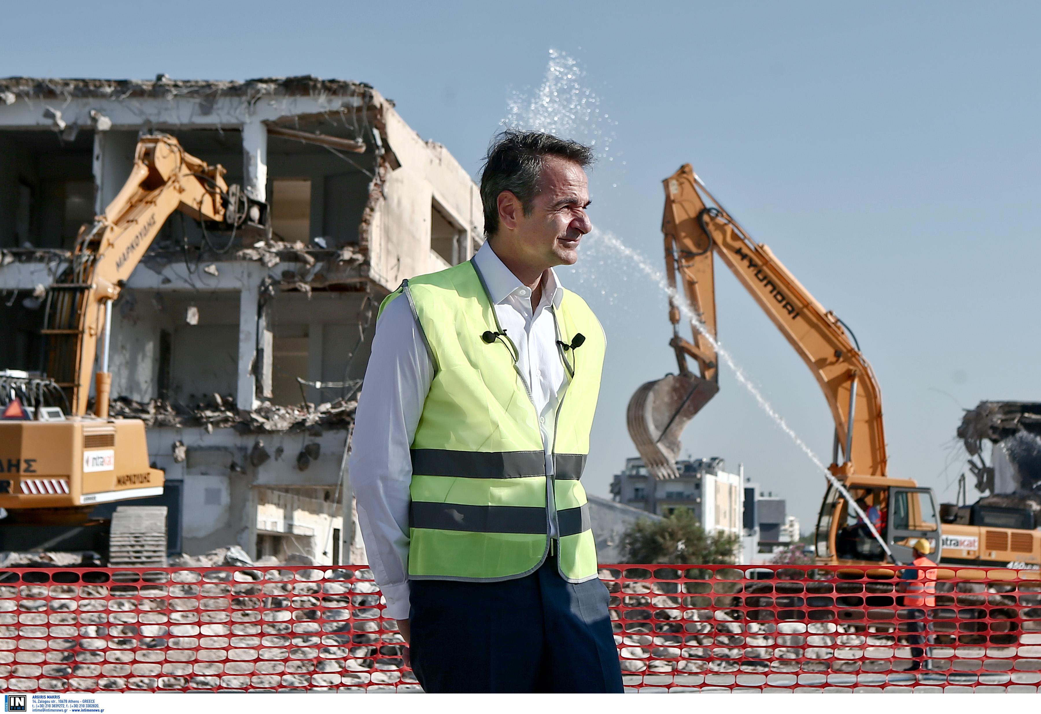 ΤΟΝ ΚΑΤΕΣΤΡΕΨΑΝ. Έβαλαν τον πρωθυπουργό να φωτογραφηθεί μπροστά στα ερείπια για τον ένα χρόνο της ΝΔ στην εξουσία.