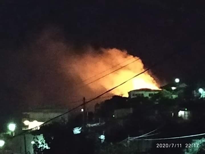 Πέραμα: Δύσκολη νύχτα από μεγάλη φωτιά σε δασική έκταση. Κοντά σε οικισμό οι φλόγες.