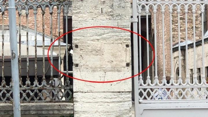 Κατάντια. Οι Τούρκοι ξηλώνουν τις πινακίδες του έλεγαν οτι είναι μουσείο η Αγία Σοφία και η Ελλάδα παραμένει σιωπηλή.