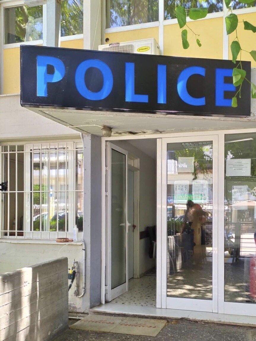 Πολυπολιτισμικό άρωμα στα αστυνομικά τμήματα κύριε Χρυσοχοΐδη; Που πήγαν ο Σταυρός και ο Θυρεός;
