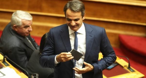 Απαγορεύονται τα κινητά στις συναντήσεις στα υπουργικά γραφεία με εντολή Μητσοτάκη
