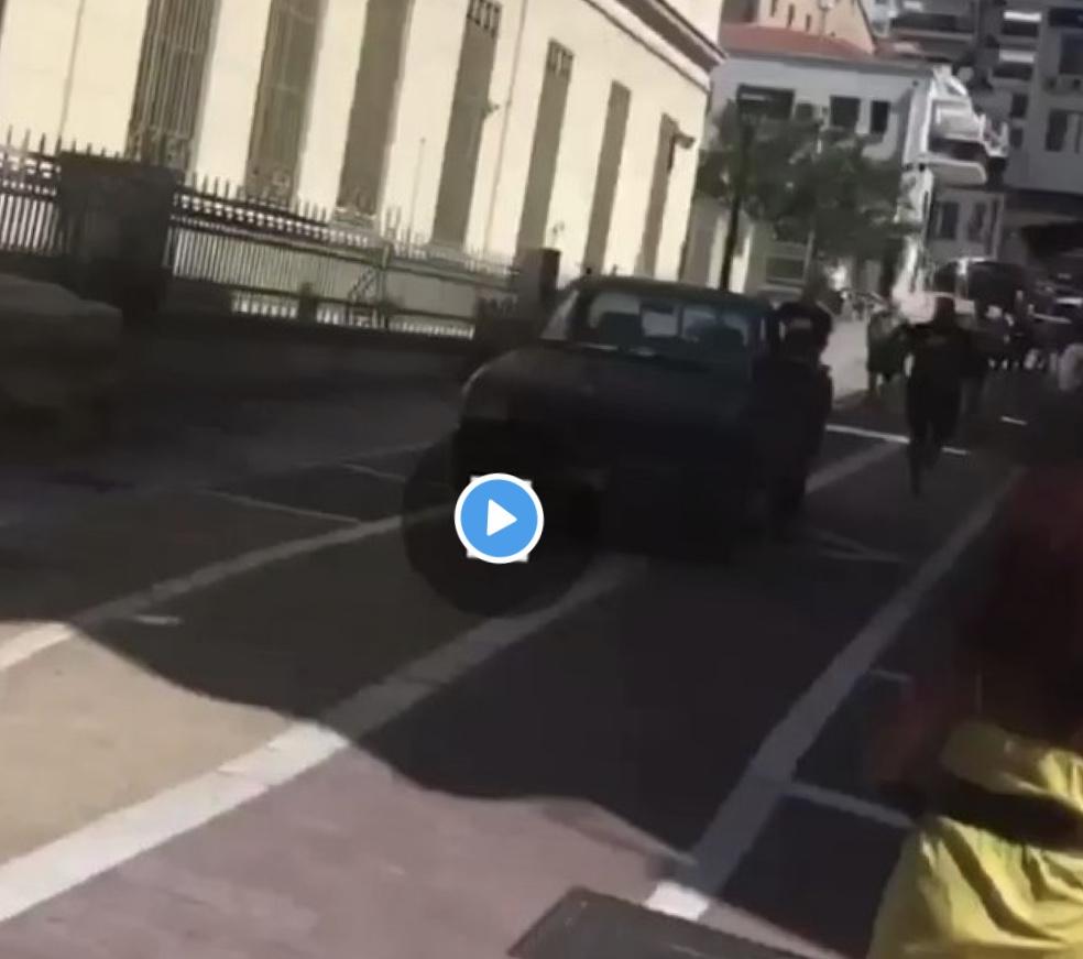Αυτοκίνητο χωρίς οδηγό παίρνει σβάρνα τα πάντα σε πεζόδρομο. (Βίντεο).