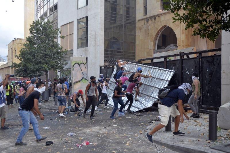 Κατέρρευσε η κυβέρνηση του Λιβανου από την οργή του κόσμου για τις φονικές εκρήξεις στη Βηρυτο.